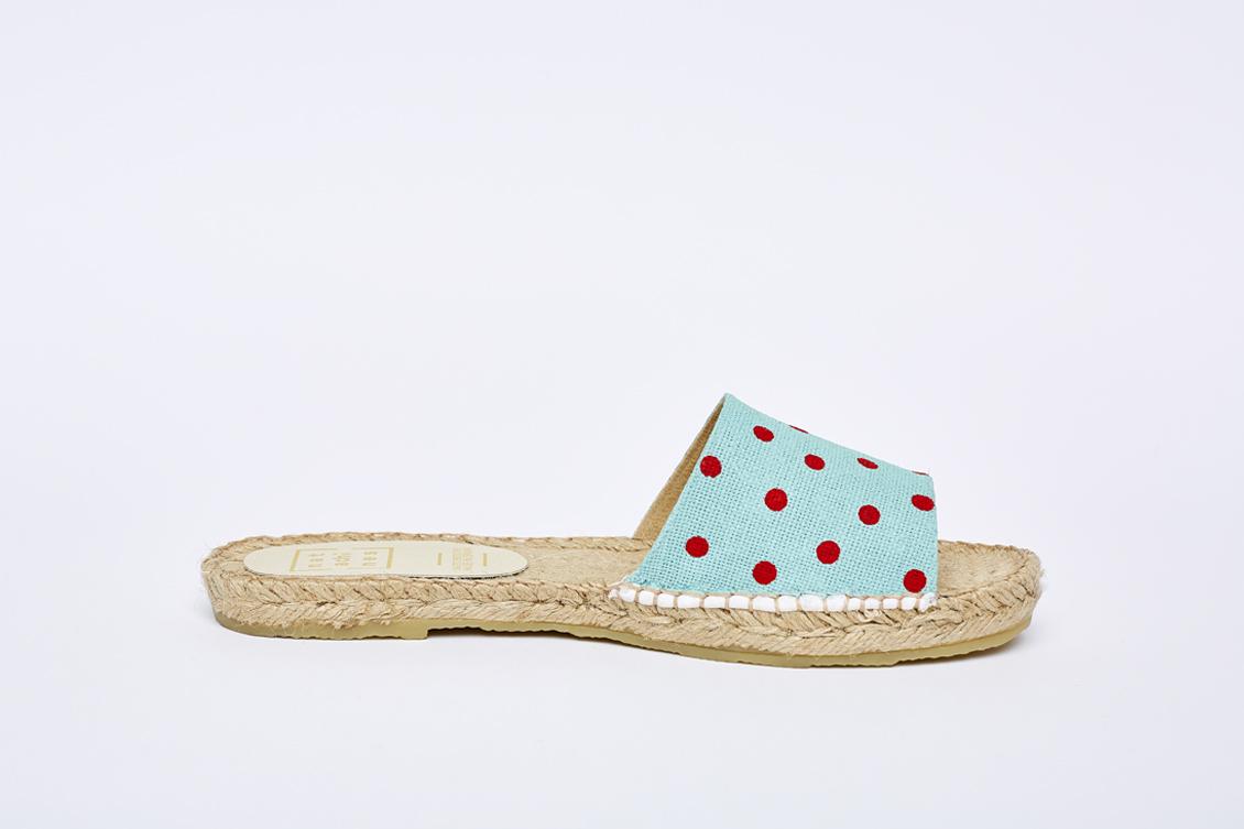 Alpargata izquierda de sandalia de mujer