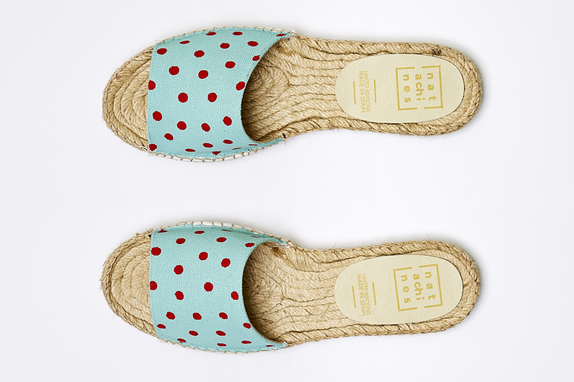 Dos sandalias de mujer con lunares