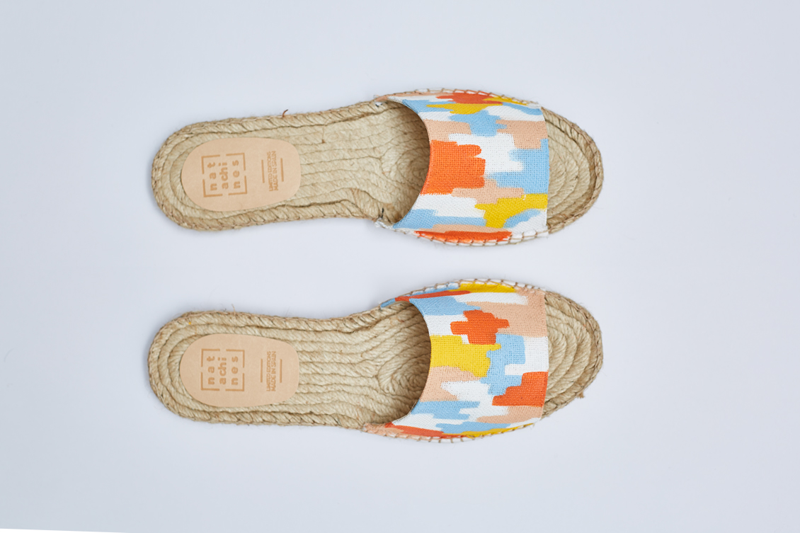 Zapatos de verano planos en color amarillo, naranja azul y crema
